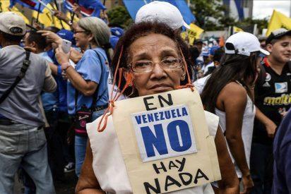 El tirano Maduro encarceló a 34 gerentes de supermercados acusándoles de ocultar productos e incrementar precios