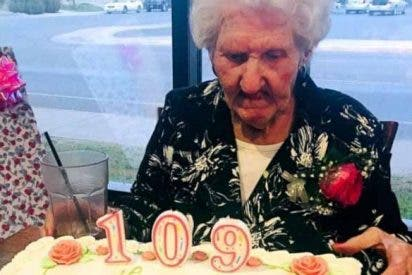 Un restaurante le hizo un descuento a una mujer de 109 años y terminó por deberle dinero