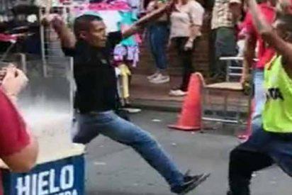 Hombre mata a su hermano a puñaladas en plena calle (VIDEO)