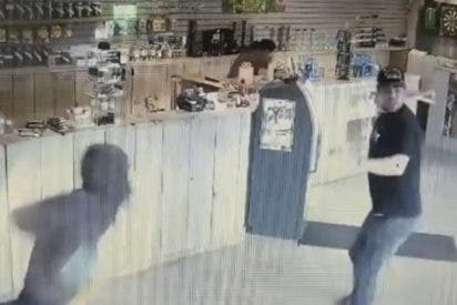Hombre armado con un 'bong' ahuyenta a cuatro ladrones en una tienda de cannabis