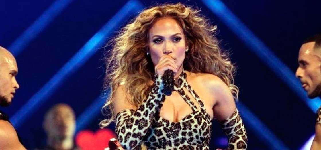 Jennifer López se rompe un diente en el escenario al golpearse con un micrófono