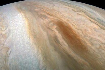 La misión Juno captura esta elusiva 'barcaza marrón' en Júpiter