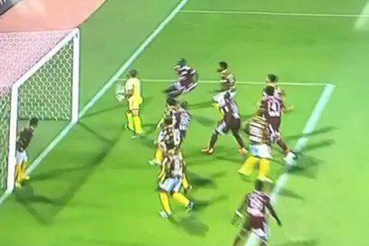 Jugador evita el gol de su propio equipo con esta insólita jugada