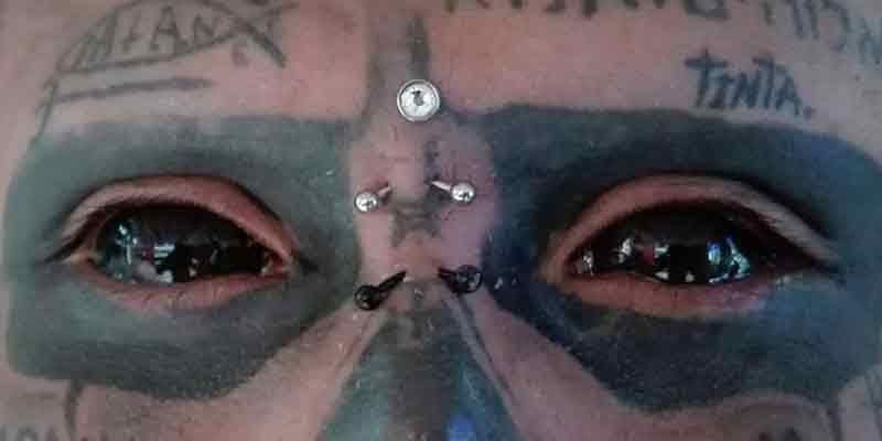 Un tatuador colombiano se corta la nariz y orejas por su pasión por las calaveras (VIDEO)