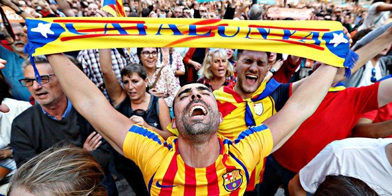 Los independentistas llevan a Cataluña hacia el abismo y el socialista Sánchez hasta aplaude