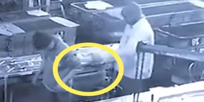 El supervisor idiota mata al empleado arrimándole al culo en plan de broma la manguera de aire comprimido