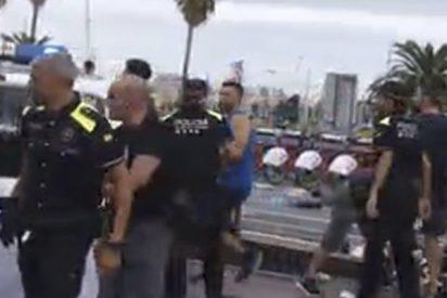 Barcelona: Así le soban el morro unos forzudos manteros a la policía urbana de Colau