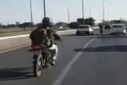 Este motorista torpe provoca dos accidentes seguidos