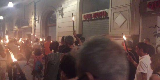 El desfile de los zombis 'catanazis' con antorchas tras llamar Torra a la insurrección