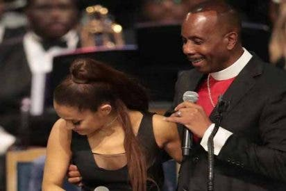 El obispo del funeral de Aretha Franklin se disculpa por 'meter mano' a Ariana Grande
