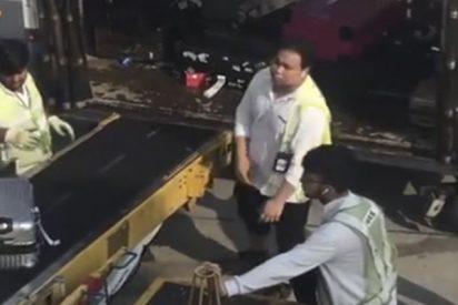 Pillan a estos trabajadores del aeropuerto de Hong Kong tratando a la patada los equipajes