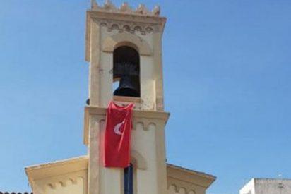 ¡Con la Iglesia hemos topado!: Un párroco catalán cuelga del campanario la bandera de los piratas turcos islamistas
