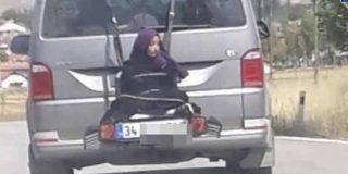 Identifican y atrapan al conductor que llevaba a su hija atada al portabicicletas de su coche