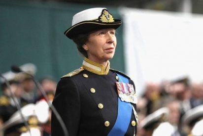 ¿Sabes por qué la hija de la reina Isabel no estrecha la mano de quienes la saludan?