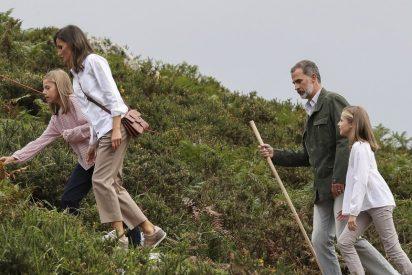 Letizia y Felipe acompañan a sus hijas en la vuelta al cole y el atasco ha sido monumental