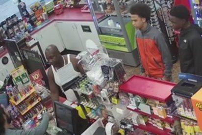 Estos chicos roban una tienda después de que el vendedor sufriera un ataque cardíaco