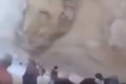 El momento en que enormes rocas caen sobre turistas en una popular playa griega
