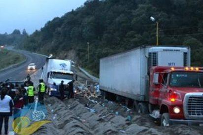 Trágico saqueo en México: robaban la carga de un camión accidentado cuando otro vehículo se quedó sin frenos y los arrol