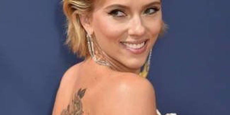 Scarlett Johansson enseña su tatuaje oculto en los Emmys 2018