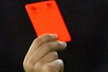 El árbitro pita un penalti en el último minuto y el equipo contrario lo golpea a patadas