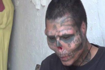 Este tatuador colombiano se corta la nariz y las orejas para parecer una calavera