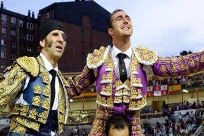 El gran Padilla sufre una espeluznante cogida en Valladolid, pero abre la puerta grande