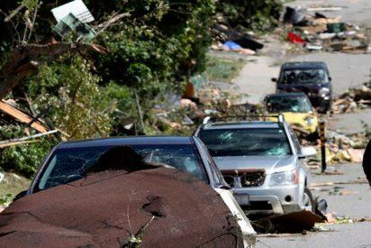"""""""En pleno tornado"""": Una conductora grita aterrada mientras el viento le destroza la ventana de su coche"""