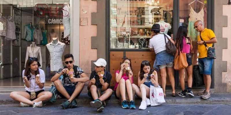"""Italia: La ciudad de Florencia multará a los """"turistas maleducados"""" que coman en la calle"""