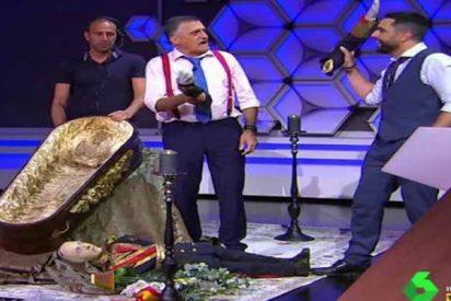 'LaSexta': El mamarracho Dani Mateo hace el 'boca a boca' al cadáver de Franco y se quema la lengua