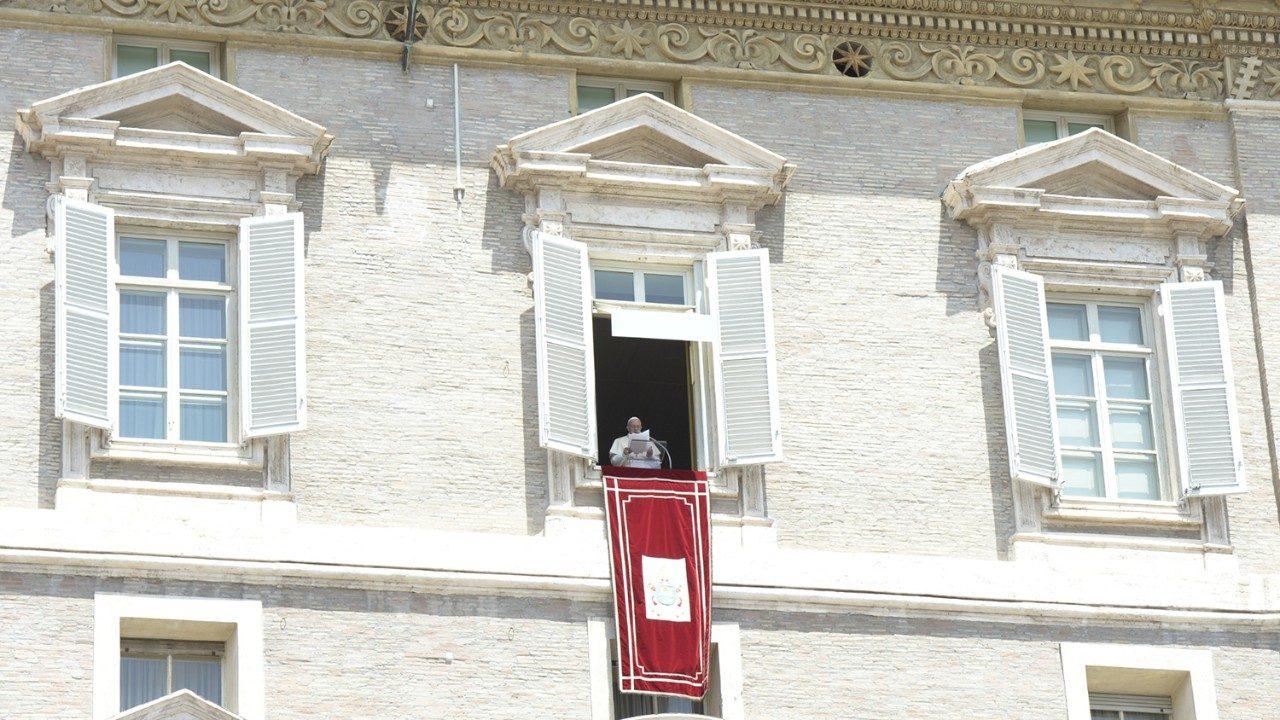 """El Papa pide que se rece el rosario para """"oponerse a los ataques del diablo que quiere dividir la Iglesia"""""""