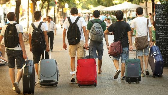 """España: Hoteleros y aerolíneas buscan """"salvar el verano"""" con promociones dirigidas al turismo nacional"""