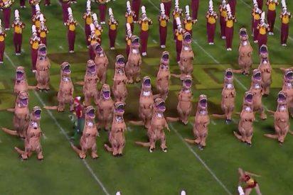 Los 'tiranosaurios' bailan en el fútbol americano al ritmo de 'Parque Jurásico'