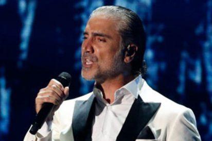 El cantante mexicano Alejandro Fernández parece cantar 'colocado' en pleno concierto