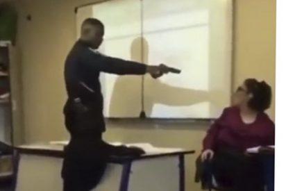 Este alumno obliga a punta de pistola a que la profesora le de un aprobado
