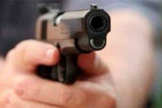 Una niñera se toma un 'selfie' con una pistola y dispara accidentalmente a un niño de 10 años