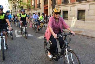Madrid: La 'abuelita' Carmena: dejará a los ciclistas saltarse los semáforos