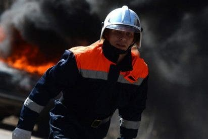 Salen caminando tranquilamente de su coche en llamas tras sufrir un disparatado accidente de tráfico
