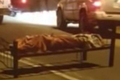 Aparece este cadáver ametrallado y atado a una cama en una carretera de Arabia Saudita