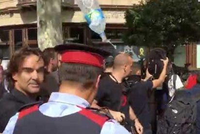 Así intentan amordazar los violentos separatistas a la prensa libre: el periodista Cake Minuesa, a punto de ser linchado en Barcelona