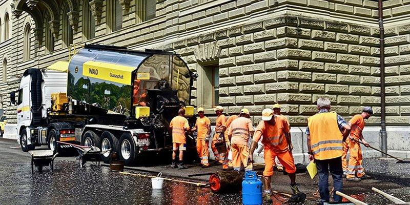 Este camión cisterna se convierte en una fuente ambulante... de hirviente bitumen