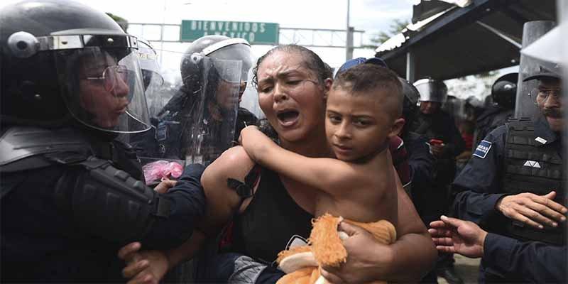 México abre la frontera para los niños y mujeres de la gran caravana de migrantes hondureños