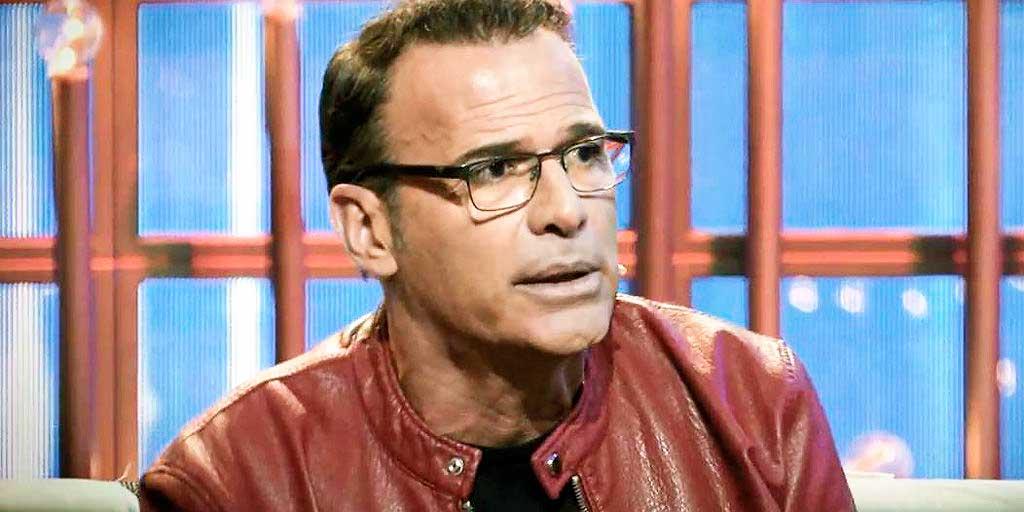 Carlos Lozano, abatido por sus continuos enfrentamientos, decide abandonar temporalmente la TV