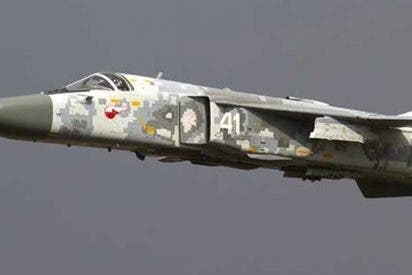 Un caza Su-24M pasa 'rozando' la cabeza de este cámara