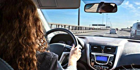 ¡Advertencia de la Guardia Civil! Si vas de copiloto esta postura es peligrosa y te puede costar 100 euros