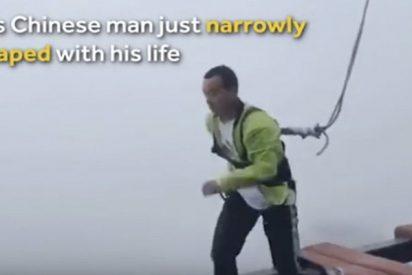 Este hombre pierde la cuerda de seguridad mientras cruzaba a saltos un puente a 150 metros de altura