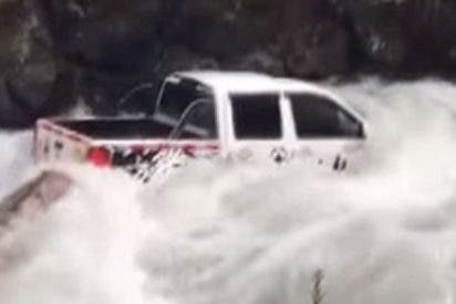 Este conductor se queda atrapado al borde de una catarata