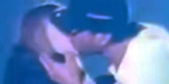 Enrique Iglesias besa en la boca a una joven espectadora durante un concierto en Ucrania