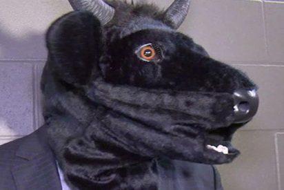 Este entrenador de hockey da una rueda de prensa con una máscara de toro