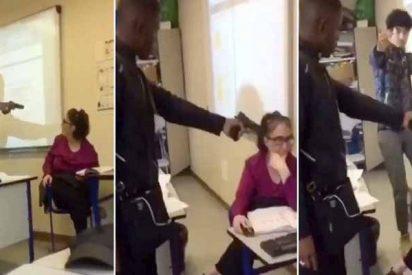 El estudiante amenaza a la profesora con una pistola para que le ponga 'presente'