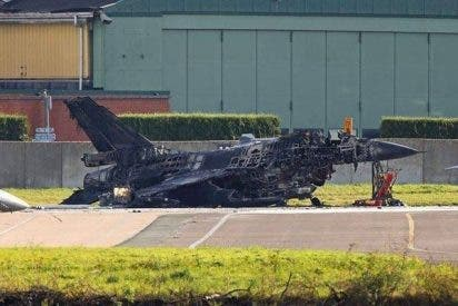 Un mecánico desata el pánico cuando dispara por error el cañón de un F-16 en tierra